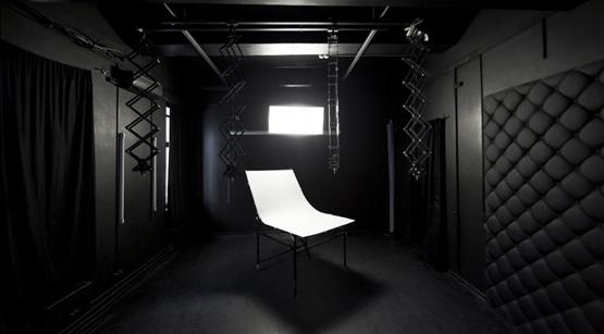 темная студия для предметной съемки
