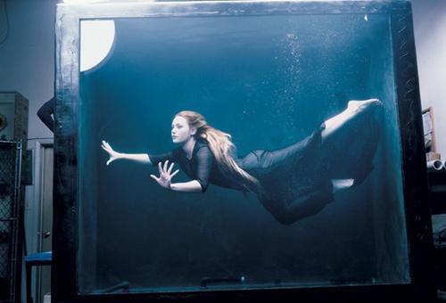 фотограф: Annie Leibovitz, Кейт Уинслет (имитация кадра из фильма Титаник)